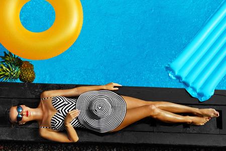 여자 여름 패션. 여행 휴일 휴가에 소녀와 몸에 맞는, 긴 다리, 비키니 건강한 피부, 태양 모자, 선글라스 일광욕으로 수영장 웃는 행복 섹시. 뷰티, 건