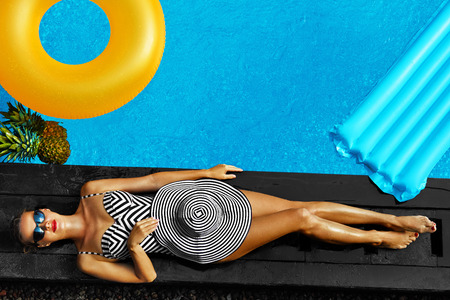 Woman Summer Fashion. Happy Sexy Smiling Girl With Fit Body, Long Legs, Healthy Skin In Bikini, Sun Hat, Sunglasses Sunbathing By Swimming Pool On Travel Holidays Vacation. Beauty, Wellness, Lifestyle Imagens - 55831715