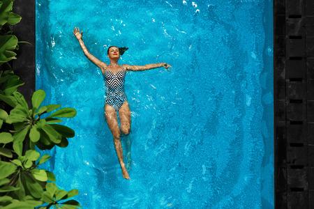 Фото девушка в бассейне у отеля