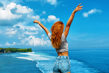 Vacances Voyage Vacances d'été. Belle Bonne femme libre avec Body Fit Profiter de la nature Beauté à la plage de la mer. Enthousiaste sain Fille avec les mains jusqu'à détente en plein air par l'océan. Liberté, Concept Bonheur