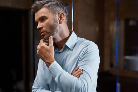Männer Putzen. Schöner Mann Mit Stoppel Gesicht Berühren Oder Bart ...