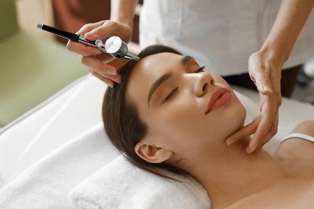 Gesichtsbehandlung. Nahaufnahme der schönen Frau, die Sauerstoff-Epidermal Peeling Bei Kosmetik Beauty Spa Salon. Mädchen genießen Hautverjüngung Therapie in Kosmetologie-Center. Hohe Auflösung Bild