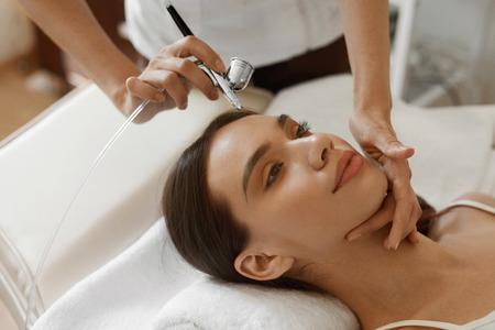 oxigeno: Tratamiento de belleza facial. Detalle de hermosa mujer oxígeno que llega al despegado a epidérmico cosmética del salón del balneario. Chica de la piel Disfrutar de terapia de rejuvenecimiento en cosmetología Center. Imagen de alta resolución
