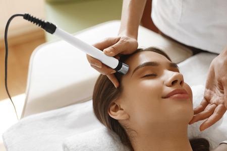 oxigeno: Cuidado de la piel de la cara. Primer De La Mujer hermosa que consigue Peeling Jet del oxígeno, tratamiento de microdermabrasión del salón de belleza. Muchacha que disfruta de procedimiento de limpieza de la piel en cosmetología Center. Imagen de alta resolución
