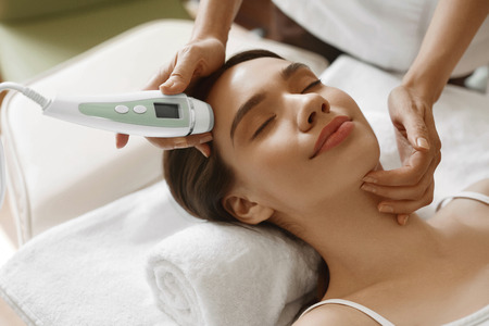analyzer: Skin Care. Beautiful Healthy Woman Getting Her Skin Analized By Cosmetologist, Using Skin Analyzer ( Professional Beauty Equipment ) For Face Skin Analysis At Cosmetology Center. High Resolution Image