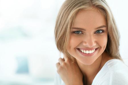 아름 다운 여자 미소. 완벽한 미소, 하얀 치아와 매력적인 해피 건강한 소녀의 초상화는 금발 머리와 신선한 얼굴 실내 웃고. 미용 및 건강 개념. 높은 해상도 이미지