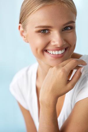 美容女性の顔。完璧な笑顔と白い歯で美しい幸せな女の子のポートレート、クローズ アップ。新鮮な柔らかい肌を笑顔で明るく健康的な女性。健康、肌のケアの概念です。高解像度画像 写真素材 - 62200603