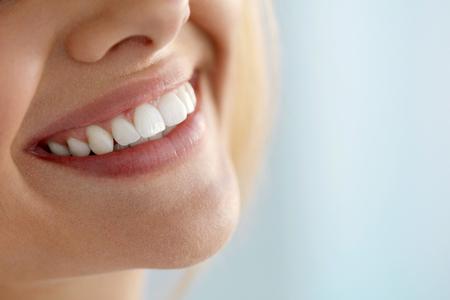 Schönes Lächeln mit weißen Zähnen. Nahaufnahme Der Lächelnden Frau Mund mit natürlichen Pralle vollen Lippen und gesunde Perfect Smile. Teeth Whitening, Zahnpflege und Lippenpflege Konzepte. Hohe Auflösung Bild