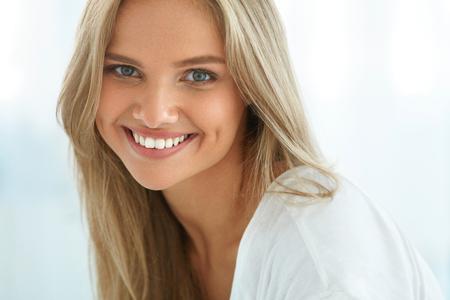 Belle femme souriante. Portrait Of Attractive Happy Girl Healthy Avec sourire parfait, dents blanches, les cheveux blonds et visage frais Sourire Intérieur. Beauty And Concept Santé. Image à haute résolution Banque d'images