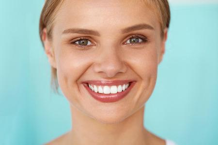 Hermosa sonrisa. Retrato de detalle de feliz hermosa mujer joven con los dientes blancos y perfectos, fresca belleza facial y suave de la piel sana de la mujer. Salud, la piel de la mujer del concepto de atención. Imagen de alta resolución