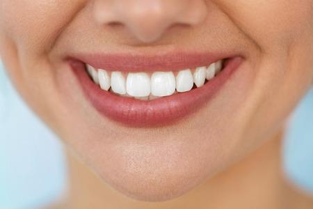 白い歯と美しい笑顔。自然なふっくら唇と健康の完璧な笑顔で女性の口を笑顔のクローズ アップ。歯のホワイトニング、歯の健康と唇は気の概念で