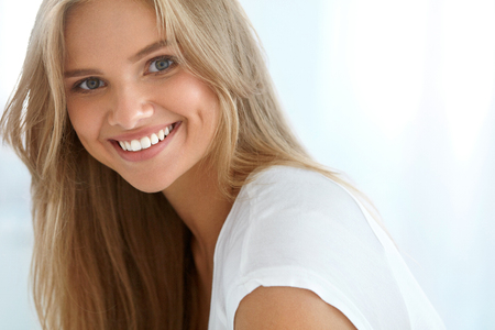 Vrouwenportret van de schoonheid. Close-up Van Mooi Gelukkig Meisje Met Perfect Smile, White Teeth glimlachend. Aantrekkelijke Gezonde Jonge Vrouw Met Verse Natuurlijke gezicht make-up Indoors. Hoge Resolutie Afbeelding