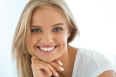 아름 다운 여자 미소. 완벽한 미소, 하얀 치아와 매력적인 해피 건강한 소녀의 초상화는 금발 머리와 신선한 얼굴 실내 웃고. 미용 및 건강 개념. 높은