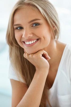 Hermosa mujer sonriente. Retrato de muchacha atractiva feliz sano con sonrisa perfecta, dientes blancos, pelo rubio y la cara sonriente en el interior fresco. Belleza y el concepto de salud. Imagen de alta resolución Foto de archivo - 61732847