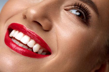 Mode Schönheit Frauengesicht Mit Perfect Smile. Nahaufnahme der schönen sexy Mädchen Gesicht mit hellen Make-up. Lächelnde junge Frauen Model mit glatter Haut, lange Wimpern, rote Lippen und gesunde weiße Zähne Standard-Bild - 68740496