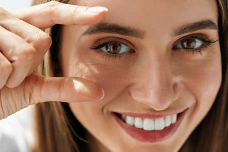 건강한 Eyevision. 그녀의 눈에 초점을 맞춘 아름 다운 행복 한 여자. 명랑 봐, 자연 메이크업과 부드러운 피부와 웃는 소녀의 근접 촬영입니다. 안과 그리