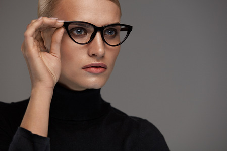 cat eye: Women Fashion Glasses. Attractive Female In Black Cat Eye Design Optical Frame, Eyewear. Portrait Of Beautiful Sexy Young Woman With Natural Face Makeup Wearing Stylish Eyeglasses. High Resolution