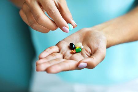 Vitamines En Supplementen. Close-up Van Vrouwelijke Hand Behoud Verschillende Kleurrijke Pillen Op Palm. Close-up Van Vrouw Vingers Met Medikament Tabletten, Capsules Uit De Hand. Geneeskunde Concept. Hoge resolutie Stockfoto