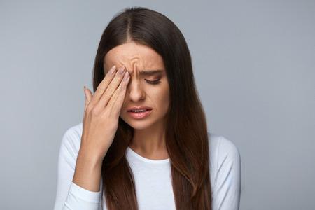 고통. 강한 눈 통증에서 고통에 지쳐 지쳐 스트레스 여자입니다. 아름다운 젊은 여성의 초상화는 두통, 코 통증과 감동 고통스러운 눈을 가졌, 아픈 느