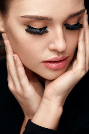 Lange schwarze Wimpern. Portrait der schönen Frau Gesicht mit geschlossenen Augen und starke gefälschte Augen-Peitsche. Nahaufnahme Der sexy Mädchen mit glatter Haut, frische Gesichtsverfassung. Schönheit Kosmetik-Konzept. Hohe Auflösung