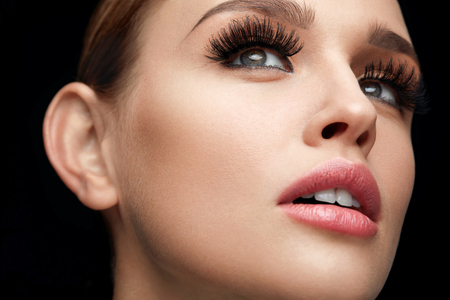 Valse Wimpers. Portret van mooie sexy vrouw met professionele make-up en gladde Soft Skin. Vrouw model met lange zwarte dikke wimpers, wenkbrauwen en Perfect Beauty Gezicht. Hoge resolutie