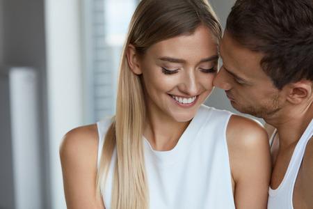 parejas enamoradas: Hermosa Pareja En El Amor. Retrato del hombre hermoso que se besa Mujer sonriente feliz con la piel suave suave suave de la cara. Romántico Sensual Masculino Y Cariñoso Amante Femenino. Relaciones. Alta resolución