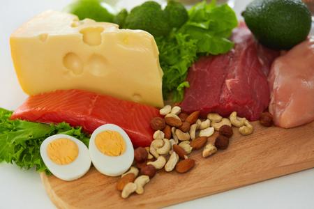 carnes y verduras: Comida saludable. Primer De La variedad de comida, ingredientes vegetales orgánicos frescos, carnes crudas en cocina. Diferentes productos alimenticios que yace en mesa. Concepto de nutrición. Alta resolución Foto de archivo