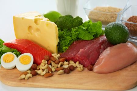 건강 식품. 주방 음식 성분, 신선한 유기농 야채, 원시 고기의 다양 한 근접 촬영. 테이블에 누워 다른 음식 제품입니다. 영양 개념입니다. 높은 해상도