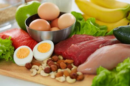 Gesunde Lebensmittel. Zusammenstellung von verschiedenen Nahrungsmitteln auf Tabelle. Nahaufnahme des frischen organischen Gemüses, Vielzahl des Fleisches auf Küche Countertop. Ernährungskonzept. Hohe Auflösung Standard-Bild - 72779083