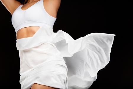 Mooie Gezonde slank lichaam. Perfect Sexy vrouwelijk lichaam in vorm met Flying Textiel. ? Loseup Van Geschikte Vrouw Lichaam Met Silky Soft Skin in witte bikini Ondergoed. Body Care, Health Concept. Hoge resolutie