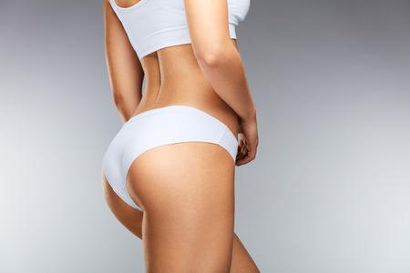 Mooi Slim Vrouwlichaam. Verliezen van gezond meisje met fijn lichaam, zachte huid, strakke heupen en vaste buikjes in bikini ondergoed. Perfect Vrouwelijk Lichaam In Vorm Met Sexy Achter En Groot Butt. Hoge resolutie Stockfoto
