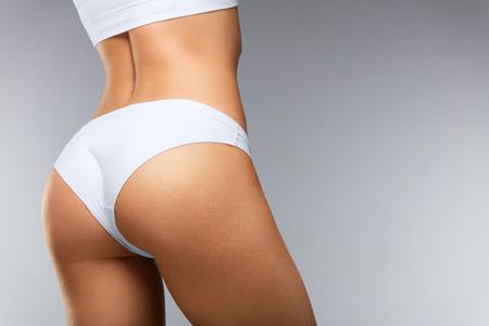 아름 다운 여자 몸에있는 모양입니다. ? loseup 건강한 소녀로 맞춤 슬림 바디, 부드러운 피부와 기업 엉덩이, 화이트 비키니 팬티 엉덩이. 섹시한 위로