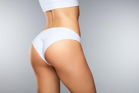 Mooi Vrouwelijk Lichaam In Vorm. Gezond Meisje Met Fit Slim Body, Zachte Huid En Vaste Buttocks, Heupen In Witte Bikini Panties. Vrouw Met Sexy Rug, Strak Groot Stuk In Ondergoed. Hoge resolutie