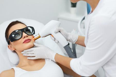 beleza: Cosmetologia. Close Up Da Mulher nova bonita que recebe Rejuvenescimento Tratamento Em Spa Salon. Trabalhador m
