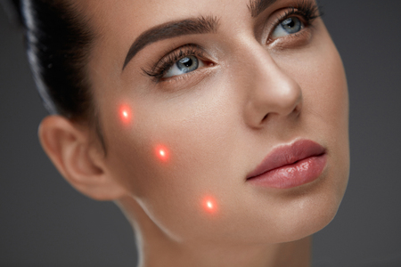 Cometology. 부드러운 피부와 완벽 한 메이크업으로 아름 다운 섹시 한 여자 얼굴의 근접 촬영. 얼굴 피부에 레이저 표시와 성형 외과 여자 전에 초상화.  스톡 콘텐츠