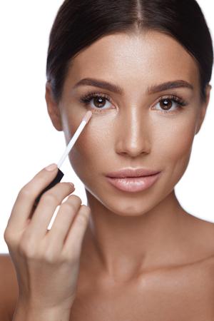 スキンケア。新鮮な完璧な肌に補正を適用する自然化粧品で美しいセクシーな女性の肖像画。魅力的な女性を適用するコンシーラー ブラシでのクロ
