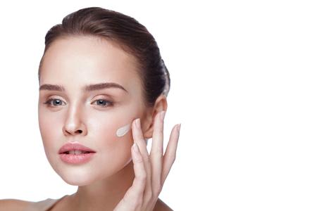 Gesicht Make-up. Nahaufnahme der schönen sexy Frau Hand Anwendung Stiftung auf Gesichts-Haut. Porträt von attraktiven jungen weiblichen Modell mit frischen Make-up und perfekte Haut. Schönheit Kosmetik. Hohe Auflösung Standard-Bild - 76447045