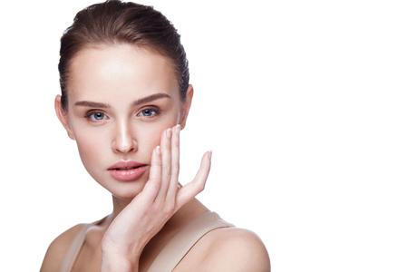 Vrouw Gezicht Huidverzorging. Close-up Mooie Sexy Vrouw Met Perfecte Professionele Make-up Aanraken Haar Glad Zachte Zuivere Schone Huid. Aantrekkelijk Vrouwelijk Model Caressing Face. Beauty Cosmetics. Hoge resolutie Stockfoto