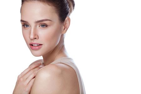 Vrouw schoonheid gezicht. Close-up van aantrekkelijk sexy meisje met gladde zuivere huid en perfecte frisse make-up. Portret van mooi jong vrouwelijk model op witte achtergrond. Cosmetisch Concept. Hoge resolutie Stockfoto