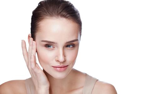 Soins de la peau face à la femme. Gros plan Belle femme sexy avec un maquillage professionnel parfait Toucher sa douce et douce peau propre. Attrayante modèle féminin Caressing Face. Cosmétiques de beauté. Haute résolution Banque d'images