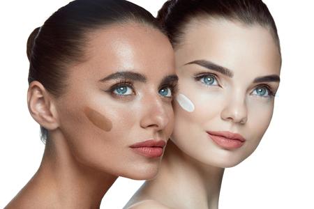 Belles femmes avec la peau douce douce, le maquillage normal et différentes nuances de base de crème sur le visage.