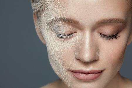 Beauty Make-up Cosmetica. Close-up Aantrekkelijke Jonge Vrouw Gezicht Behandeld Met Cosmetische Losse Poeder Stichting. Portret Van Mooi Sexy Vrouwelijk Model Met Natuurlijke Make-up En Zachte Huid. Hoge resolutie
