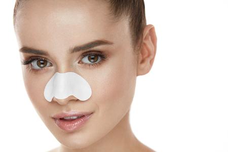코에 스킨 케어 패치와 함께 아름 다운 여자 얼굴. 깨끗 한 피부에 숨 구멍 스트립과 젊은 여성의 초상화. 자연 메이크업 및 뷰티 제품 섹시 한 여자의