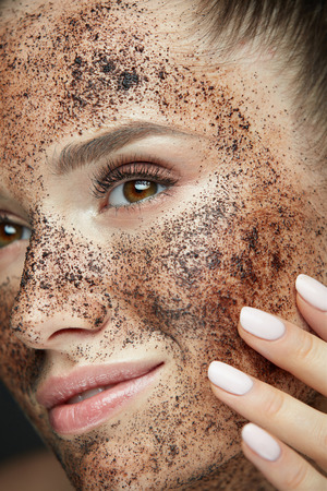 Woman Beauty Face. Closeup Of Beautiful Young Female Model With Fresh Coffee Mask, Face Scrub On Skin. Sexy Healthy Girl With Natural Makeup Exfoliating Skin With Skin Care Cosmetics. High Resolution Фото со стока - 78817179