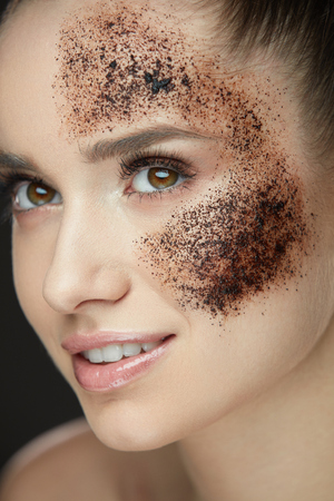 Woman Face Skin Care. Closeup Beautiful Healthy Girl With Fresh Makeup Doing Peeling Procedure. Portrait Of Sexy Young Woman With Natural Coffee Mask, Skin Scrub On Face. Beauty. High Resolution Фото со стока - 78817354