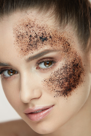Woman Beauty Face. Closeup Of Beautiful Young Female Model With Fresh Coffee Mask, Face Scrub On Skin. Sexy Healthy Girl With Natural Makeup Exfoliating Skin With Skin Care Cosmetics. High Resolution Фото со стока - 78817402