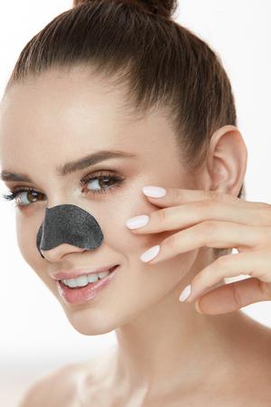 피부 세척. 코에 검은 섬유 마스크와 아름 다운 젊은 여자의 근접 촬영. 코 패치 스트립을 사용 하여 신선한 자연 메이크업 및 부드러운 얼굴 피부 매력