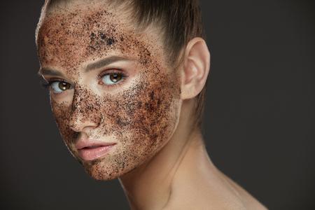 얼굴 관리. 자연스러운 메이크업 및 커피 신선한 얼굴 피부에 마스크 스크럽 젊은 여자의 근접 촬영. 뷰티 얼굴에 화장품 제품을 껍질과 아름 다운 섹