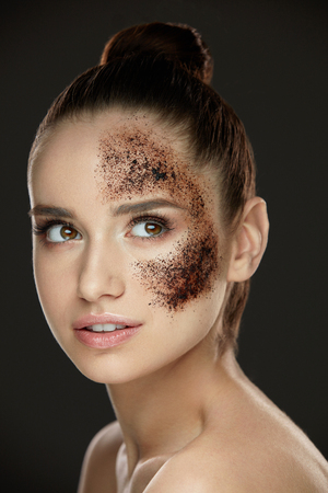 Woman Face Skin Care. Closeup Beautiful Healthy Girl With Fresh Makeup Doing Peeling Procedure. Portrait Of Sexy Young Woman With Natural Coffee Mask, Skin Scrub On Face. Beauty. High Resolution Фото со стока - 78817525