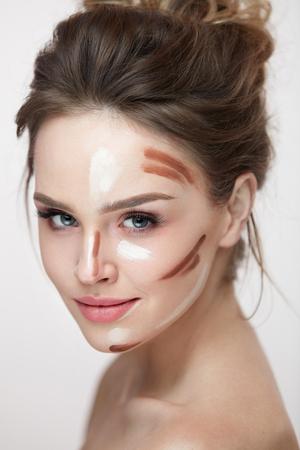뷰티 화장품. Contouring와 얼굴 피부에 라인을 강조 표시와 함께 아름 다운 섹시 한 여자의 초상화. 신선한 자연 메이크업 컨투어 라인과 매력적인 젊은  스톡 콘텐츠